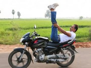 Thể thao - Độc đáo và liều mạng: Tập Yoga trên... xe máy