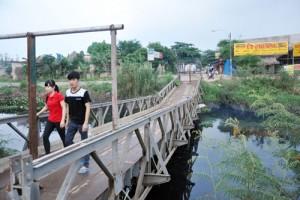 """Tin tức Việt Nam - Người Sài Gòn liều mình qua cây cầu """"đưa võng"""""""