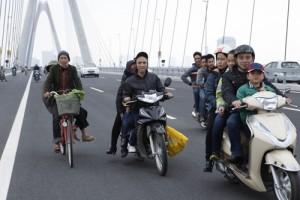 Tin tức trong ngày - Vi phạm giao thông trên cầu Nhật Tân ngày đầu thông xe