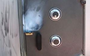 """An ninh Xã hội - Trộm phá tung máy ATM, """"cuỗm"""" 900 triệu đồng"""