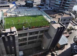 Chuyện lạ - Độc đáo: Đá bóng trên nóc tòa nhà cao tầng