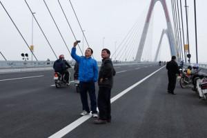 Tin tức Việt Nam - Sẽ xử phạt người đỗ xe, chụp ảnh trên cầu Nhật Tân