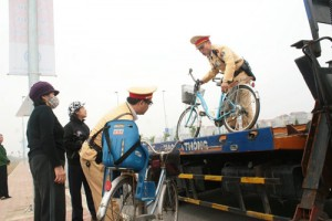 Tin tức trong ngày - Đạp xe lên cầu Nhật Tân, 2 cụ bà được CSGT đưa về nhà