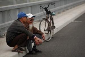 Tin tức Việt Nam - Đạp xe ngắm cầu Nhật Tân, nhiều cụ già ngậm ngùi quay về