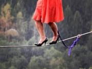 Video clip chuyện lạ - Video: Cô gái đi giày cao gót trên dây qua vực sâu