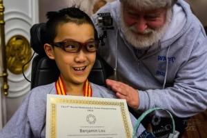 Bạn trẻ - Cuộc sống - Cậu bé liệt toàn thân giành HCV Toán học trẻ quốc tế
