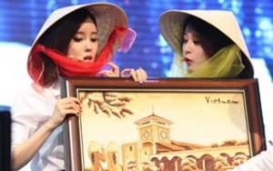T-ara háo hức đội nón lá, nhận tranh gạo từ fan