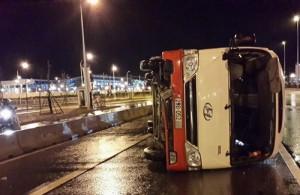 Tin tức trong ngày - Hà Nội: Ô tô chở 27 người lật cạnh nhà ga T2 Nội Bài