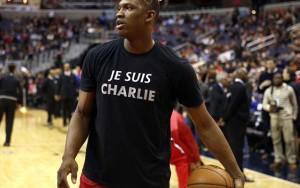 Sản phẩm in khẩu hiệu  Tôi là Charlie  đắt hàng ở Pháp