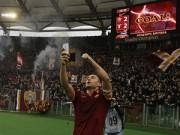 """Bóng đá - Lập cú đúp, Totti """"tự sướng"""" ngay trên sân"""