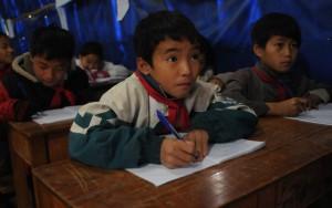 Giáo dục - du học - Trẻ em vùng   cao run rẩy tới trường