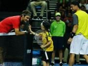 Thể thao - Federer ''bở hơi tai'' với bố con nhà Hewitt