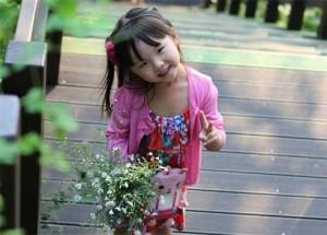 """Bạn trẻ - Cuộc sống - Cô bé 4 tuổi làm """"phiên dịch viên"""" Việt – Hàn cho bố mẹ"""