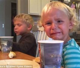 """Bạn trẻ - Cuộc sống - """"Cụ non"""" 5 tuổi khuyên em gái thắng giải clip hài nhất Mỹ"""