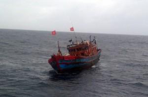 Tin tức Việt Nam - Cứu nạn tàu cá cùng 13 ngư dân giữa sóng to gió lớn