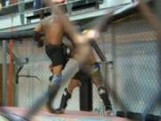 Thể thao - Quá sung, huyền thoại UFC đấm gục… bạn tập