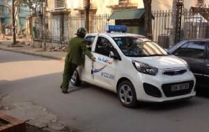 Tin tức trong ngày - Clip: Cảnh sát lấy thân mình chặn taxi, tài xế vẫn cố tình vút chạy