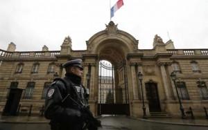 Nữ cảnh sát Pháp bị tấn công ngay trước dinh tổng thống