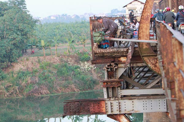 Cận cảnh sự xuống cấp nghiêm trọng của cầu Long Biên