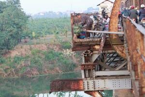 Tin tức trong ngày - Cận cảnh sự xuống cấp nghiêm trọng của cầu Long Biên