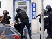 Tin tức trong ngày - Tay súng điên bắt cóc con tin ở bưu điện gần Paris
