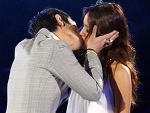 Những nụ hôn bất ngờ của thần tượng Kpop