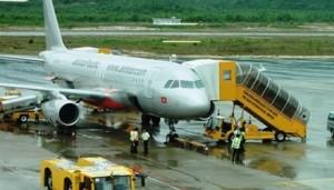 Tin tức trong ngày - Máy bay Jetstar trễ 4 giờ, hành khách đòi lại tiền