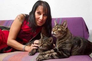 Phi thường - kỳ quặc - Người phụ nữ cưới 2 chú mèo trong hơn 10 năm liền