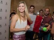 Thể thao - Federer đầy lịch lãm, Bouchard khoe dáng ngọc