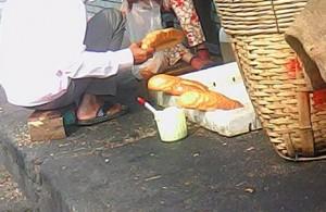 Sức khỏe đời sống - Mạnh tay với thức ăn đường phố