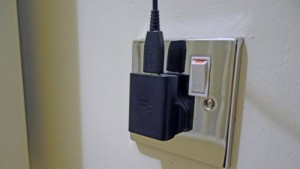 Thủ thuật - Tiện ích - Nên sạc điện thoại qua đêm hay không?