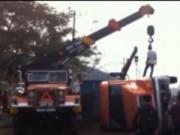 Video An ninh - Nổ lốp khi đang chạy, xe container lật ngang
