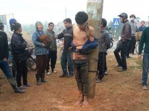 Tin tức Việt Nam - Thanh niên trộm gà bị lột trần, té nước giữa trời lạnh