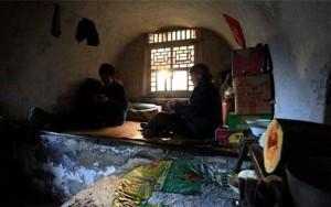 Bạn trẻ - Cuộc sống - Vợ chồng già 36 năm sống hạnh phúc trong ngôi làng bỏ hoang
