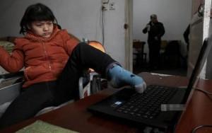 8X + 9X - Cô gái 21 tuổi bại não viết tiểu thuyết bằng chân