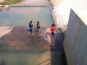 Giáo dục - du học - 9 học sinh rủ tắm kênh sâu 4m, 2 em chết đuối thương tâm