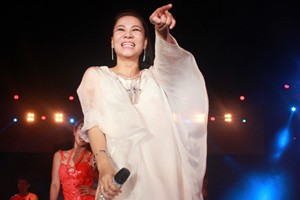 Sao ngoại-sao nội - Thu Minh bầu 5 tháng vẫn hát nhảy vẫn sung