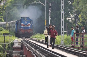 """Tin tức trong ngày - Ấn Độ: 3 sinh viên chết vì """"tự sướng"""" trên đường ray"""