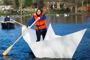 """Phi thường - kỳ quặc - Video: """"Khó tin"""" thuyền giấy có thể chở người trên hồ"""