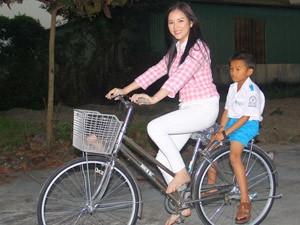 Phim - Lý Nhã Kỳ không hàng hiệu, đi chân trần đạp xe ở nông thôn