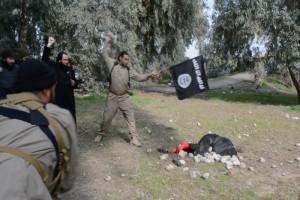 Tin tức trong ngày - Người phụ nữ thoát đòn ném đá tàn bạo của IS