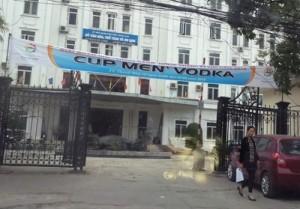 """Tin tức trong ngày - Treo băng rôn """"Cup Men' Vodka"""" ở cổng Sở Văn hóa"""