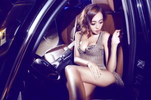 Ô tô - Xe máy - Chân dài diện váy xuyên thấu khoe vòng 1 bên BMW