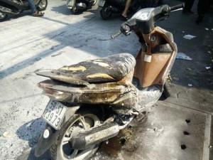 Tin tức trong ngày - Xe máy bất ngờ bốc cháy, nam thanh niên vứt xe bỏ chạy