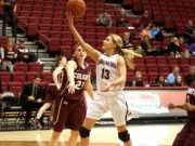 Thể thao - Nữ VĐV bóng rổ ném phạt ghi điểm cực quái chiêu