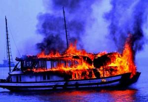 Tin tức trong ngày - Tàu ngủ đêm bốc cháy dữ dội trên vịnh Hạ Long