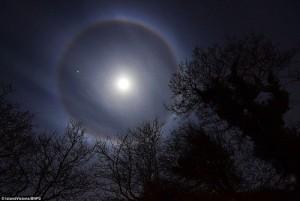 """Phi thường - kỳ quặc - """"Vầng hào quang"""" của mặt trăng xuất hiện ở Anh"""