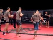 Thể thao - Rùng mình với màn đấu võ 5 đánh 5 trong MMA