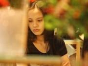 Thời trang - Diễm Hương đi xe máy mua hoa Tết sau sinh