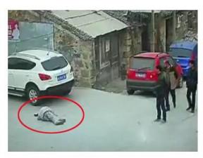 Tin tức trong ngày - TQ: Người qua đường thờ ơ, ông lão bị xe cán chết